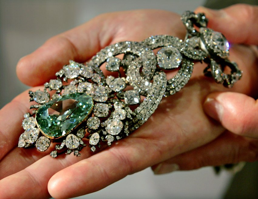 "U.S. jeweler Harry Winston Chairman Ronald Winston shows off the world's biggest green diamond ""Dresden Green Diamond"" in Tokyo's posh Ginza shopping district September 8, 2005. Winston called the 40.70 carat diamond ""a miracle of nature and green,"" and ""the most rare, old diamonds in the universe next to the Hope blue diamond"" at the unveiling in Tokyo, marking the fifth anniversary of the Harry Winston Ginza store. REUTERS/Eriko Sugita"